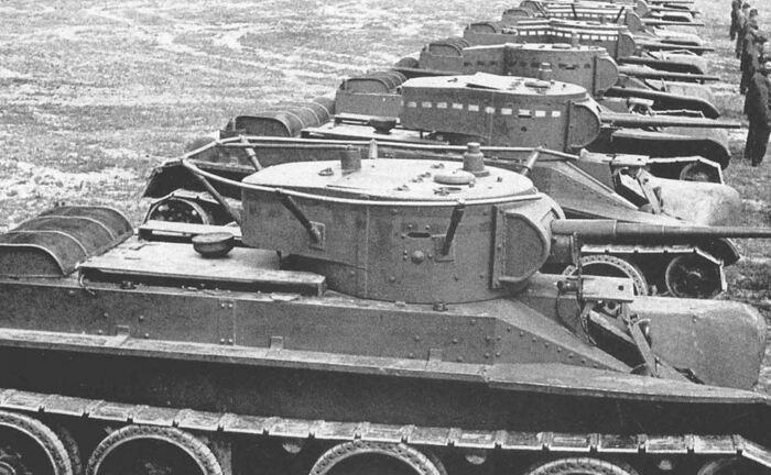 Для чего были нужны красные, белые, черные линии на советских танках
