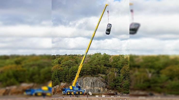 Самый суровый краш-тест: Volvo сбрасывает автомобили с высоты 30 метров (видео)