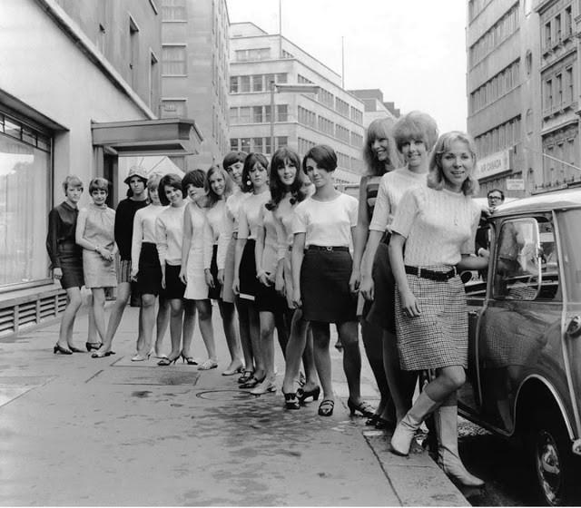 В 1966 году 15 британок поместились в автомобиле Mini и установили мировой рекорд (9 фото)