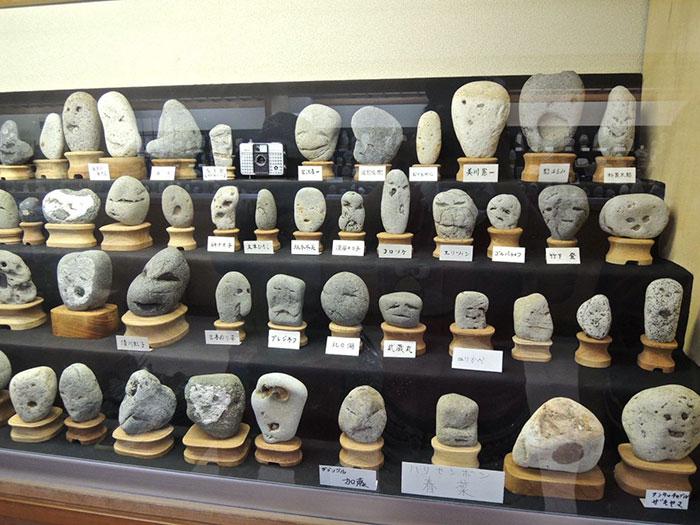 Японский музей Тинсекикан коллекционирует камни, похожие на лица