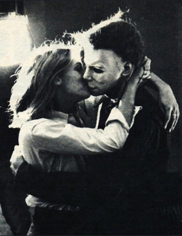Подборка совсем нестрашных закадровых снимков со съемок классических фильмов ужаса (15 фото)