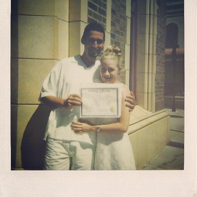 Медсестра из США уже 24 раза вышла замуж за одного и того же человека
