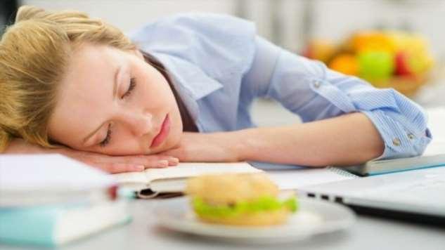 Потребность или лень — почему после еды тянет поспать