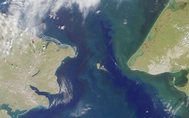 Два острова, находящихся всего почти в 4 км друг от друга, имеют разницу во времени 21 час. Почему? (2 фото)