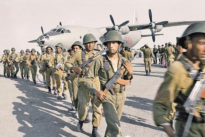 """Зачем советские солдаты в Афганистане носили """"лифчики"""" и кеды?"""