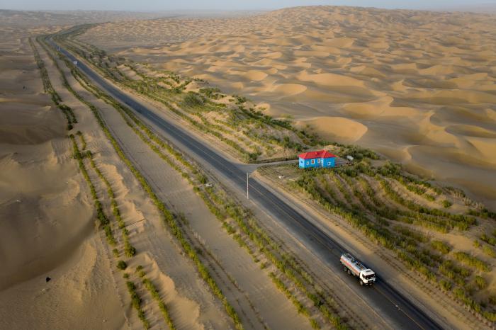 Для чего Китай построил самую длинную дорогу в пустыне среди барханов